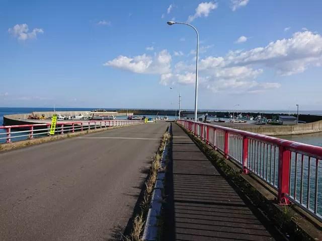 この漁港に続くこの大橋がワイングラスの柄の部分になるようだ。