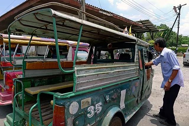 タイのアユタヤ駅構内で値段交渉・・・トゥクトゥク世界遺産だった。