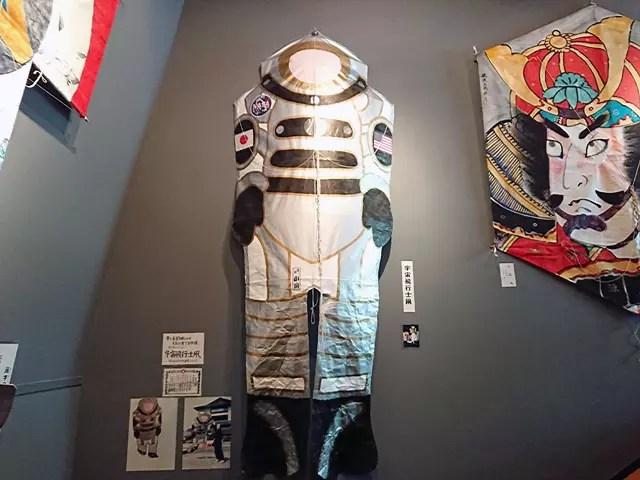 宇宙飛行士と凧という組み合わせは、なんだか似合う