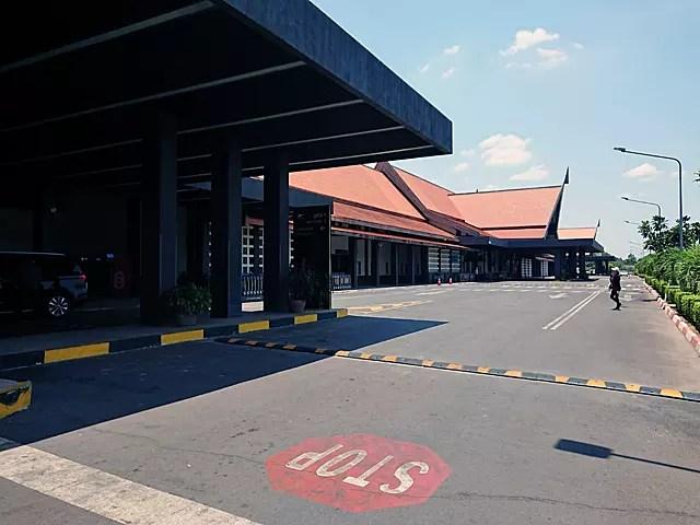 日中の空港は、意外と閑散としている。