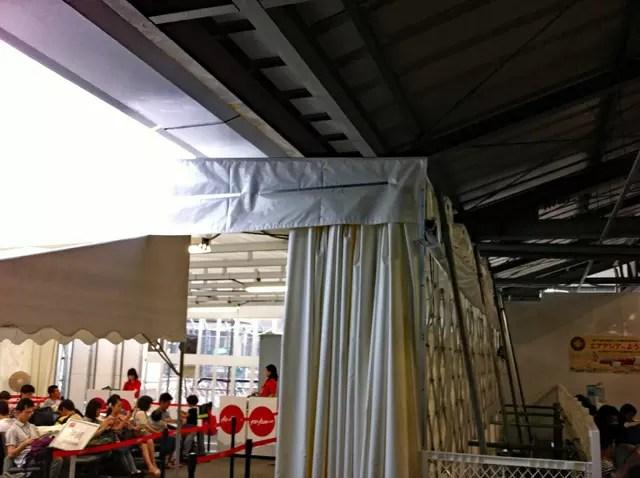 Air Asiaは、まだ簡易の待合施設でした。成田にて。