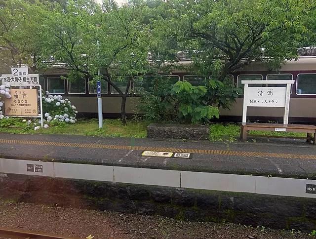 神戸駅には列車の車両を使ったレストランがあります。