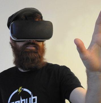 Persona con gafas de realidad virtual