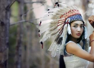Foto de una chica en el bosque