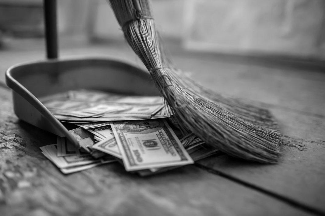 money-inecesarios-costs-lack-of-control-lost-broom