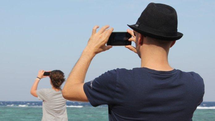 Dos personas tomando fotos