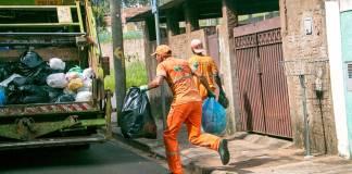 Personas recogiendo basura