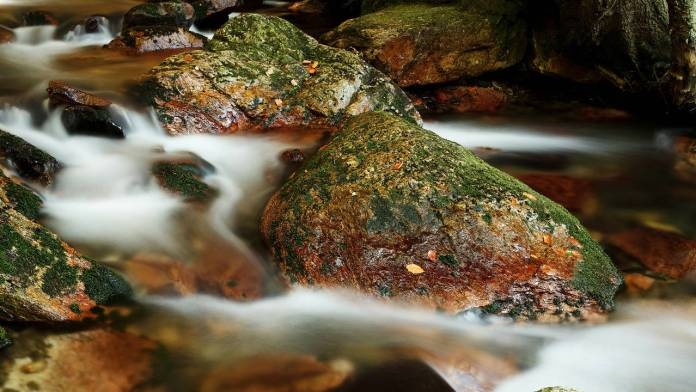 Rocas en agua