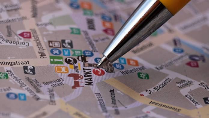 Punta de un esfero en un mapa