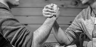 Dos personas tomadas de las manos