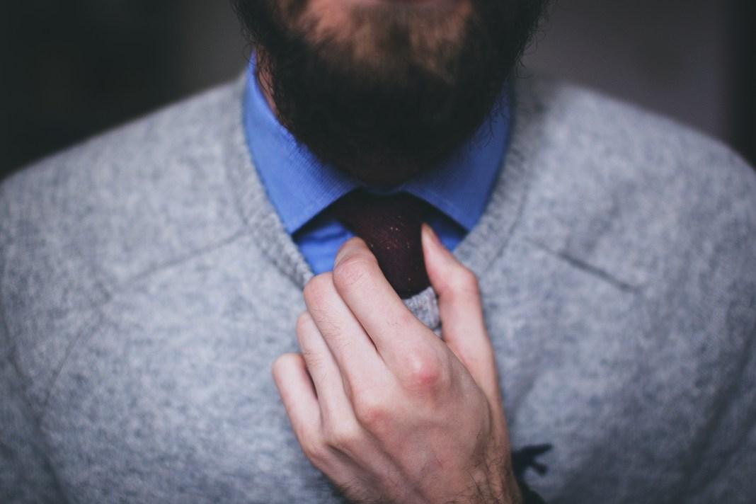 persona tocandose la corbata