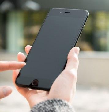 Persona con un Iphone