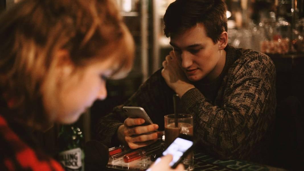 Dos personas con celulares