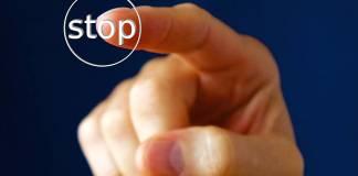 dedo en stop