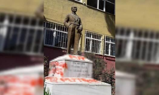 Provokatörler yeniden ortaya çıktı… Atatürk heykeline çirkin saldırı