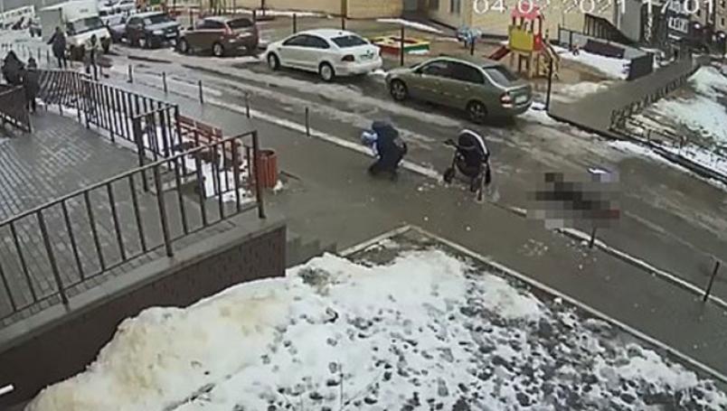 Se quitó la vida tirándose desde un piso 17, cayó sobre un bebé y lo mató frente a su madre