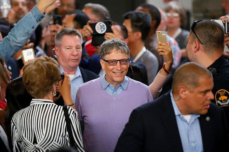Viral Foto Bill Gates Begitu Sederhana Antre Burger Sendirian di Kedai Tepi Jalan