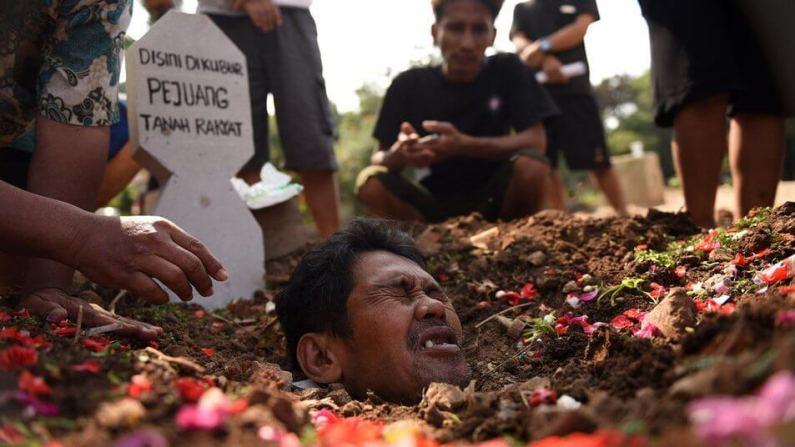 Tuntut Hak Tanah ke Pemda DKI, Warga Lakukan Aksi Kubur Diri
