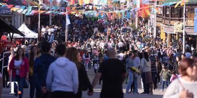 Fiesta en las calles geselinas (Fotos Ricardo Stinco).