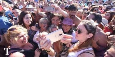 Nadie se quiso perder la foto con el exministro de Economía (Fotos Ricardo Stinco).