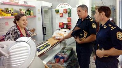 La recorrida de la policía incluyó comercios