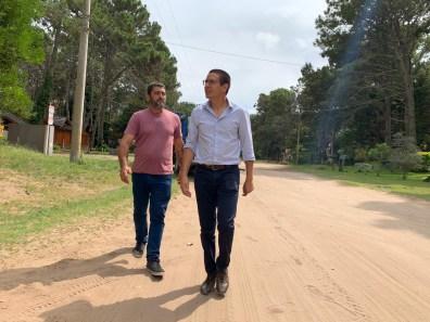 El intendente Cardozo y Álvarez Echaniz recorriendo las calles de Costa del Este.