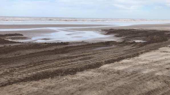 Así quedó la playa tras el paso de maquinaria pesada y extracción de arena (Fotos Gentileza Surfrider La Costa).