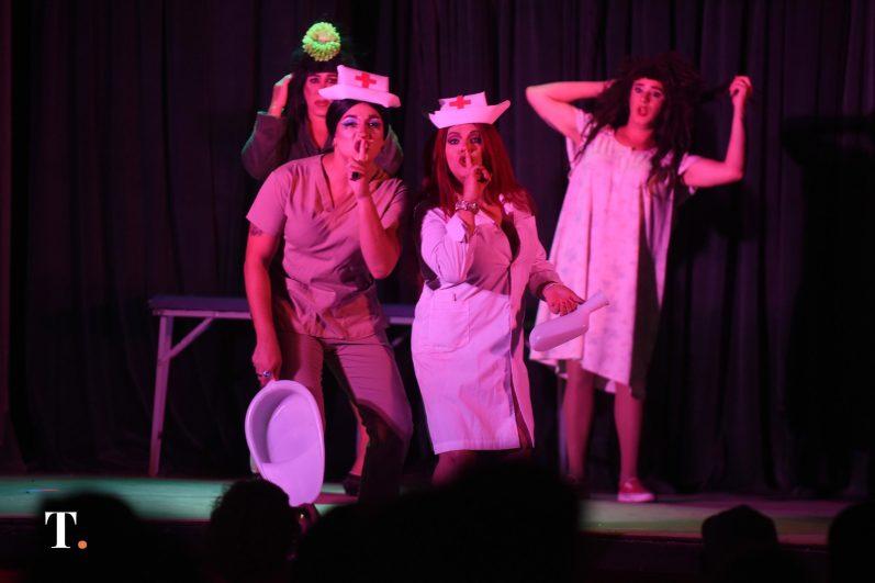 En pleno show, en el teatro San Martín de Villa Gesell. (Fotos Ricardo Stinco)