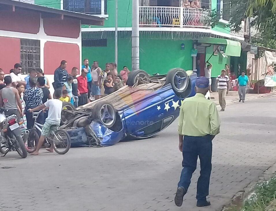 Vuelco de vehículo en Estelí alarmó a pobladores.