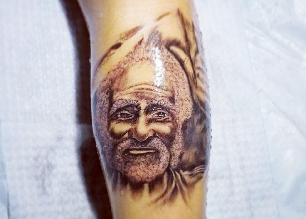 Joven en Estelí se tatuó el rostro de escultor esteliano.