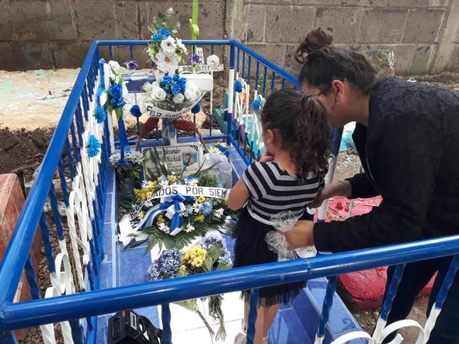 Homenajes a víctimas de las protestas durante el día de los difuntos.