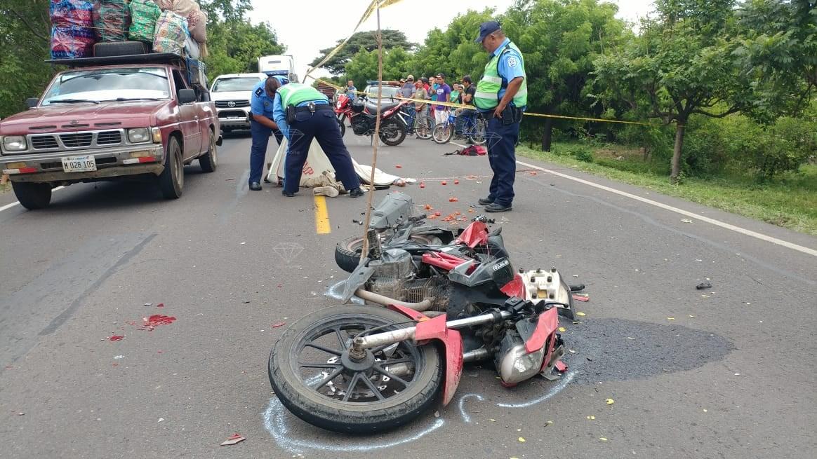 Motociclista pierde la vida en triple colisión.