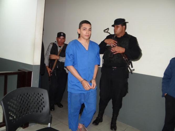 Continúa juicio contra acusado de crimen contra joven estadounidense.