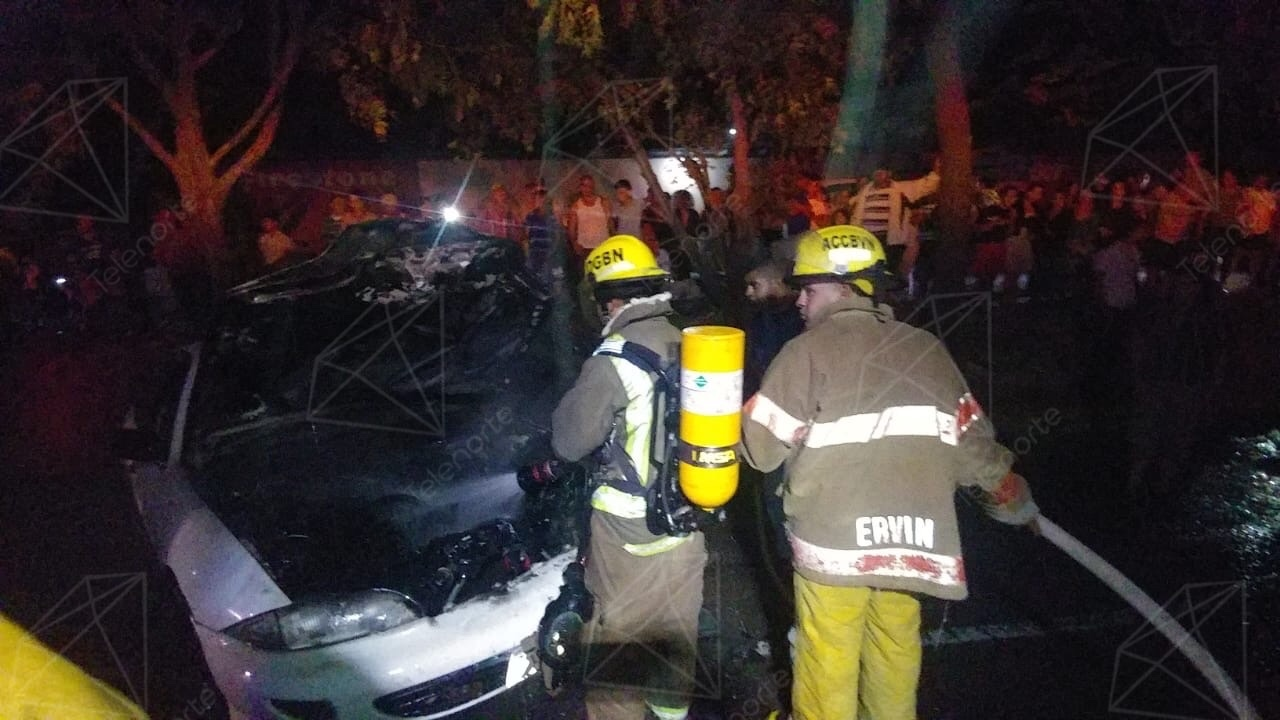 Vehículo tomó fuego frente a gasolinera en Estelí