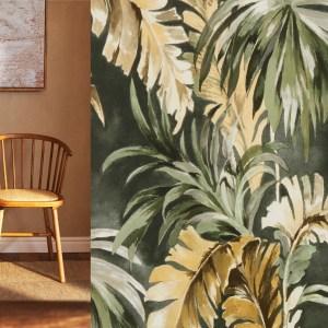 Woonfavorieten; aardewerken servies, botanisch behang + stoel met rotan zitting