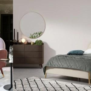 Woonfavorieten; bloemig dekbedovertrek, bouclé kingsize bed en Art Deco vloerkleed