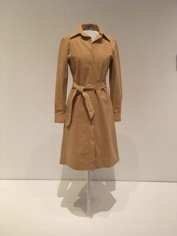 Skjortblusklänningen började bli populär i mitten av 30-talet. Från början ett sportplagg på 20-talet.