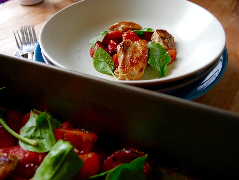 Leckeres Hähnchen mit Spinat und gerösteten Paprika