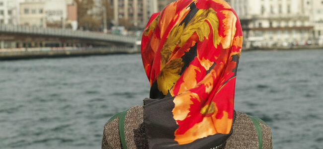 """""""Look at your headscarf,"""" Muslim woman abused and assaulted by a group of young women"""