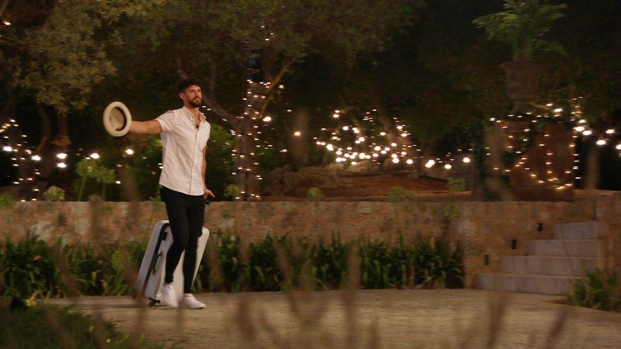 Matt leaves the villa.