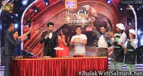 Salman, judges except Remo in a fun Roti making challenge
