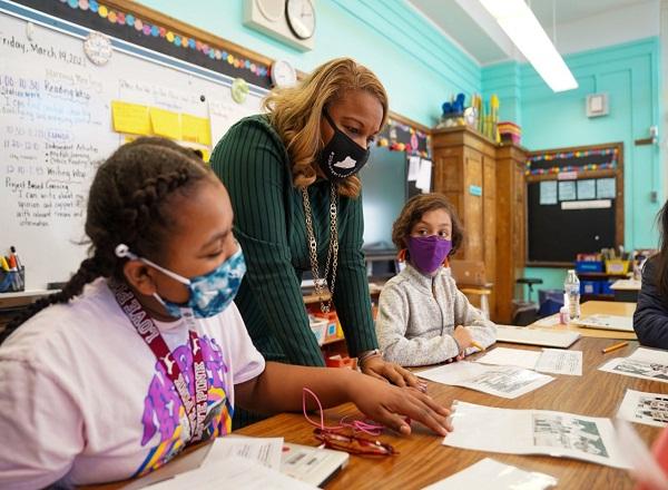 EEUU: Nueva York reanuda clases presenciales en escuelas secundarias públicas
