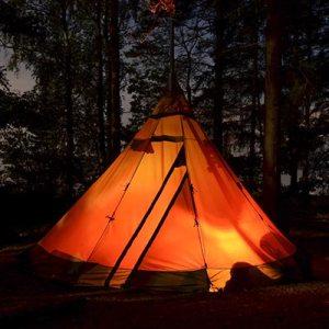 stort grønligt familietelt i skoven hvor der er plads til hele familien når der skal campes