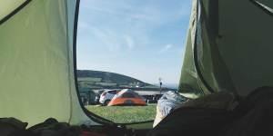 solskinsmorgen på festival i festivaltelt