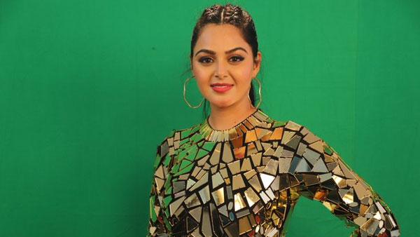 Bigg Boss Telugu 4: తొలి కంటెస్టెంట్గా మోనాల్ గుజ్జర్.. నాన్నను తలచుకొని కంటతడి   Bigg Boss Telugu 4: first Contestant Monal Gajjar life story.. - Telugu Filmibeat