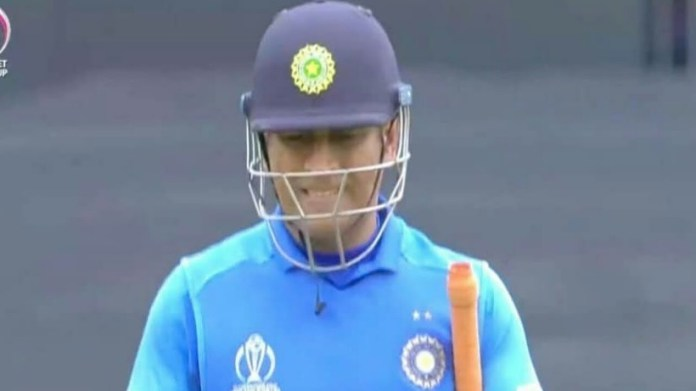 dhoni reached to pavilion emotionally