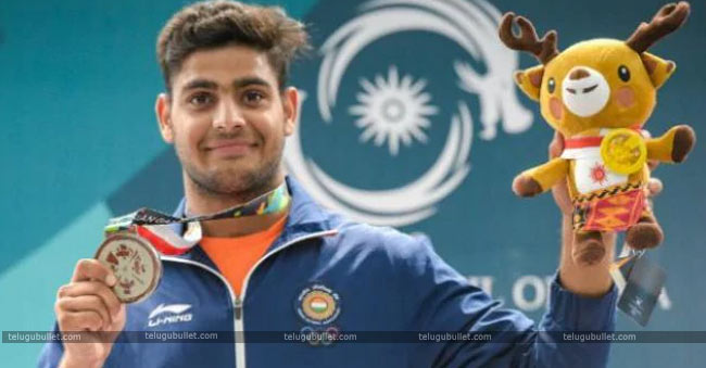 Lakshay-with-silver-medal
