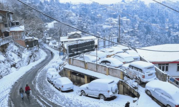 Shimla gets season's first snowfall, several roads blocked