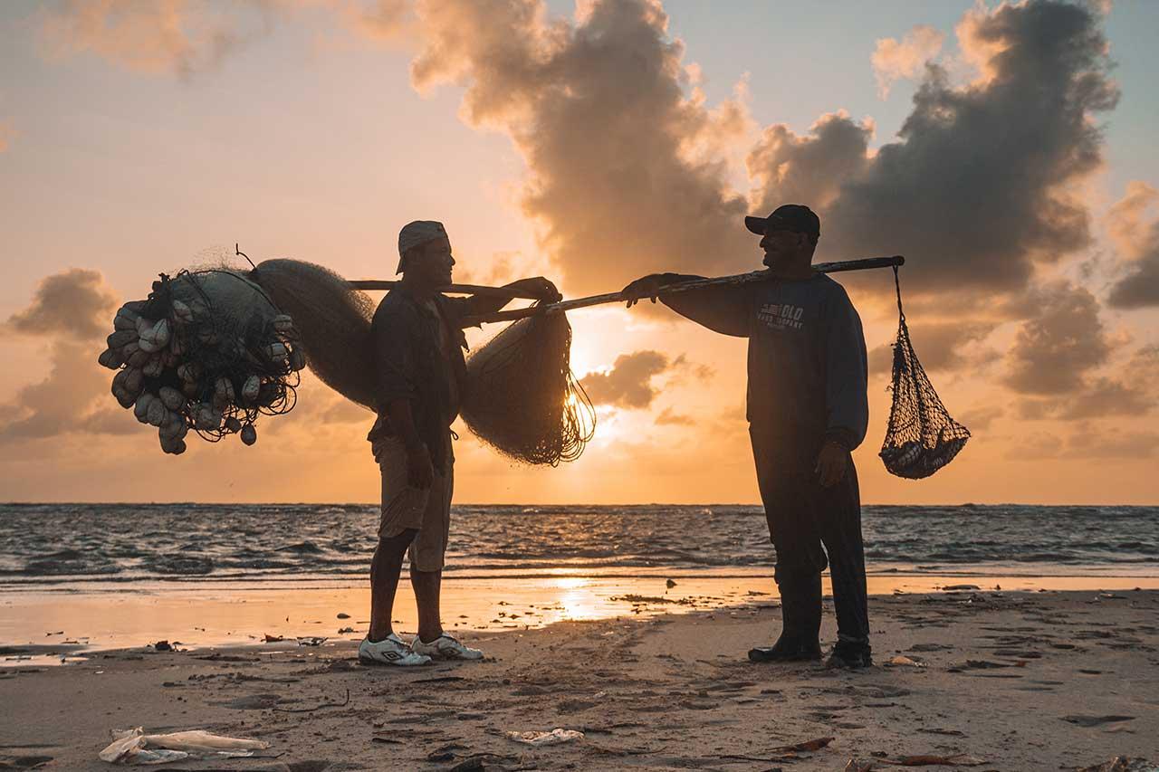 Pescador voltando para casa durante o amanhecer na Vila do Céu