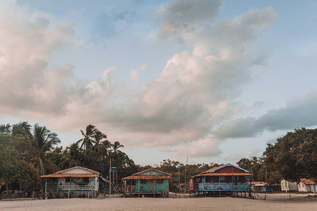 Palafitas coloridas na vila do céu